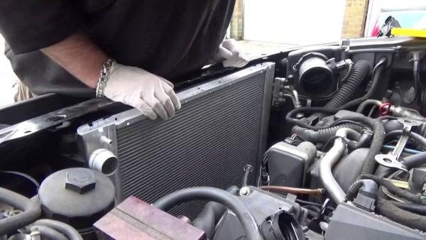 2003 L322 4 4 V8 Range Rover Radiator Change
